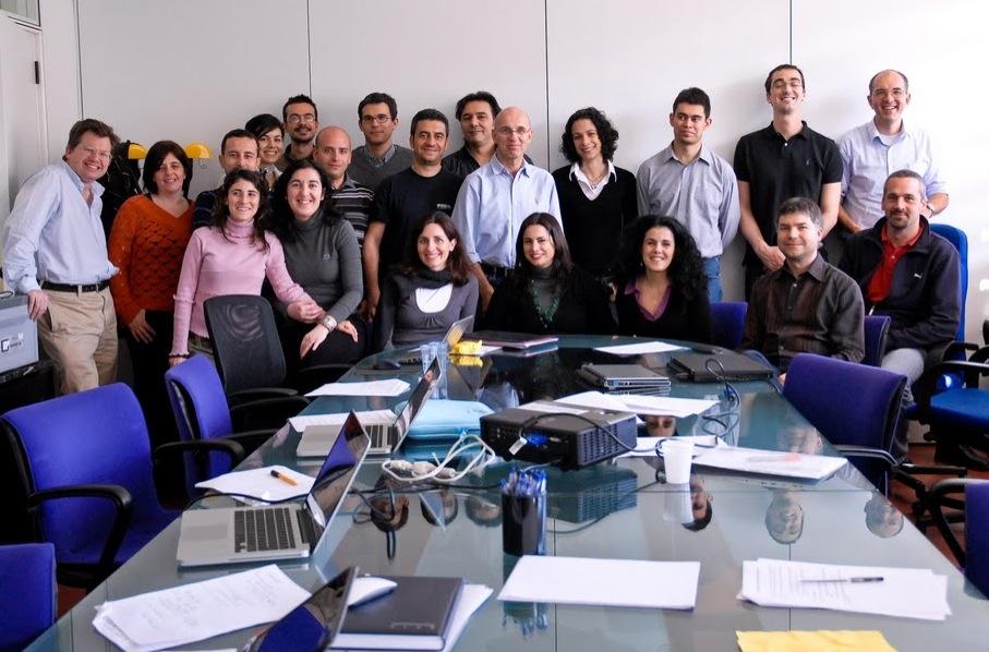 Sala riunioni del CRS4, Parco Tecnologico, Pula, 2010. Riunione per discutere lo stato di avanzamento dei lavori di sequenziamento genomico.